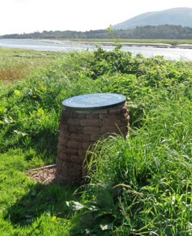 A memorial to Angus MacKay was erected in 2010 by readers of the Piping Times. It is located on the banks of the River Nith between Kelton and Glencaple.