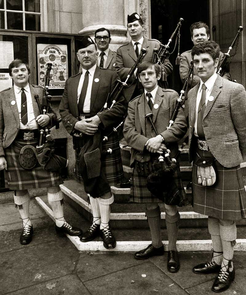 Bratach Gorm competitors, 1974, L-R: Iain MacFadyen, Jimmy Macgregor, Hugh McCallum, Pipe Major Angus MacDonald, Dr Jack Taylor, Kenny MacDonald and Andrew Wright.