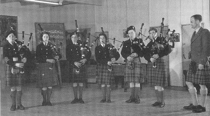 Seumas MacNeill with a class at the College of Piping in the early 1950s. L-R: Evan MacKay, Freena MacFadyen, Lawrence MacIver, Margaret MacDonald, Scott Bennett and Hazel Currie.